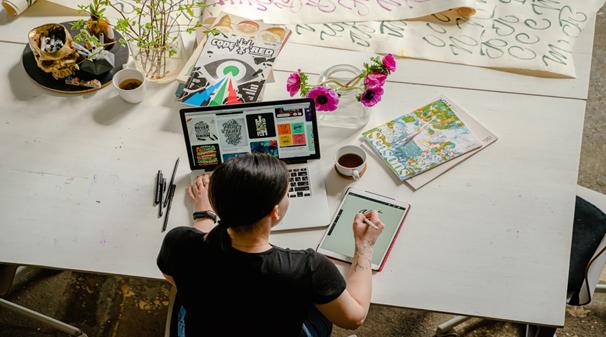 Kobieta pracuje przy laptopie